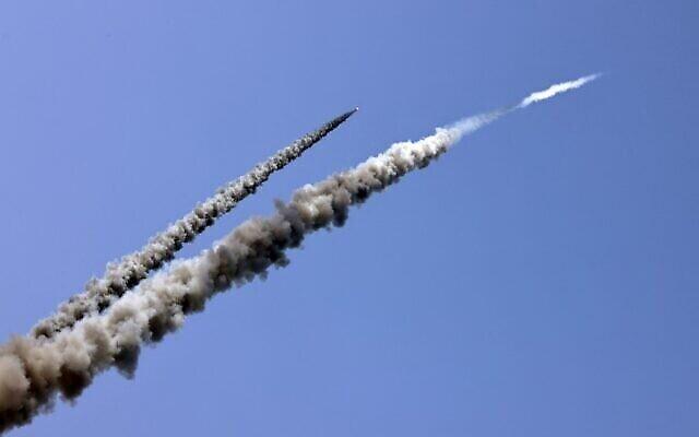 Des roquettes sont tirées vers la mer lors d'un exercice militaire par des membres des Brigades Moudjahidines, la branche armée du mouvement palestinien du même nom, le long d'une plage au large de la ville de Gaza, le 24 avril 2021. (Photo de MAHMUD HAMS / AFP)