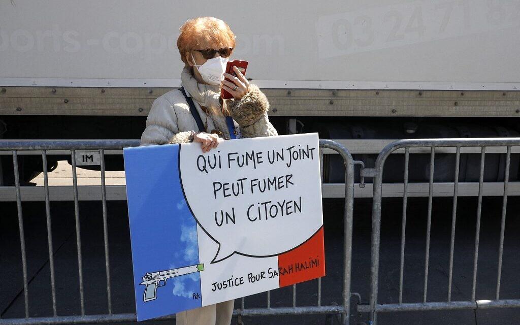 Une manifestante au rassemblement pour demander justice pour Sarah Halimi, sur la place du Trocadéro, devant la tour Eiffel, à Paris, le 25 avril 2021. (Crédit : GEOFFROY VAN DER HASSELT / AFP)
