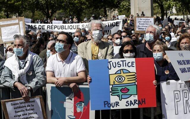 Des manifestants au rassemblement pour demander justice pour Sarah Halimi, sur la place du Trocadéro, devant la tour Eiffel, à Paris, le 25 avril 2021. (Crédit : GEOFFROY VAN DER HASSELT / AFP)