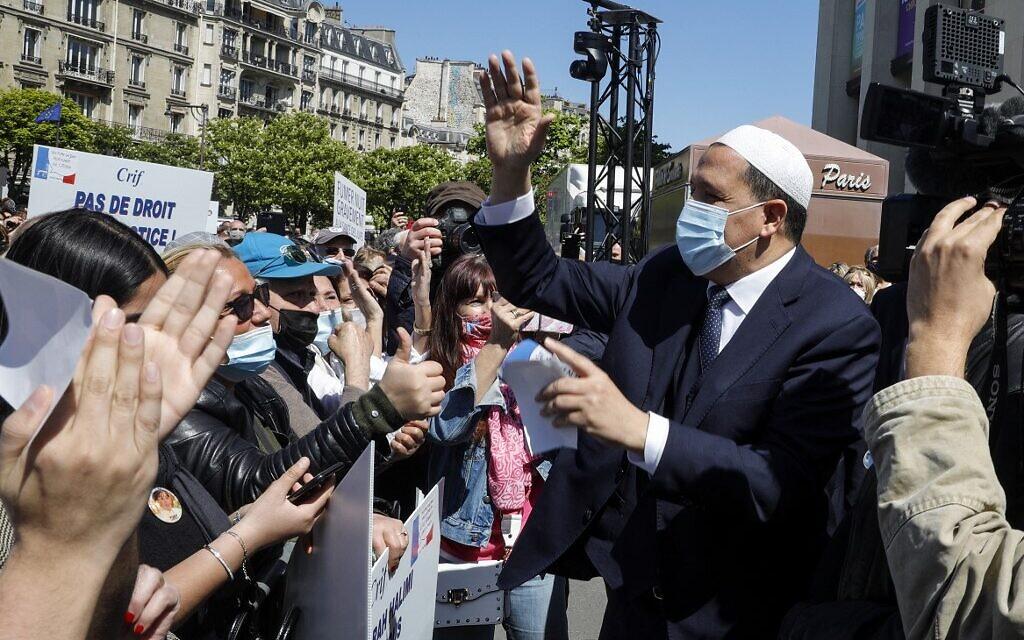 L'imam de Drancy Hassen Chalghoumi au rassemblement pour demander justice pour Sarah Halimi, sur la place du Trocadéro, devant la tour Eiffel, à Paris, le 25 avril 2021. (Crédit : GEOFFROY VAN DER HASSELT / AFP)