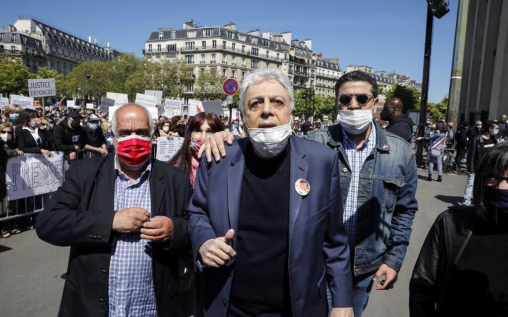 Le chanteur français Enrico Macias au rassemblement pour demander justice pour Sarah Halimi, sur la place du Trocadéro, devant la tour Eiffel, à Paris, le 25 avril 2021. (Crédit : GEOFFROY VAN DER HASSELT / AFP)