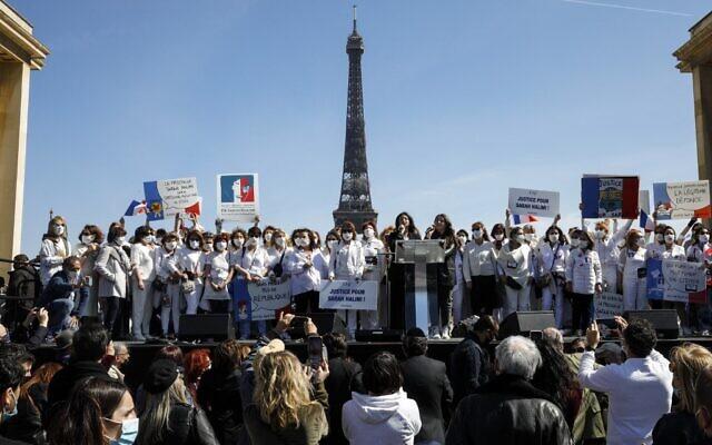 Des membres du comité de soutien de Sarah Halimi lors du rassemblement pour demander justice sur la place du Trocadéro, devant la tour Eiffel, à Paris, le 25 avril 2021. (Crédit : GEOFFROY VAN DER HASSELT / AFP)