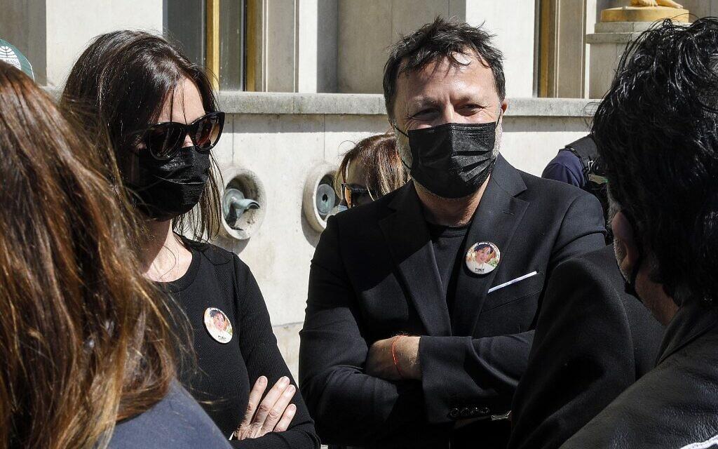 Le présentateur de télévision français Arthur (à droite) au rassemblement pour demander justice pour Sarah Halimi, sur la place du Trocadéro, devant la tour Eiffel, à Paris, le 25 avril 2021. (Crédit : GEOFFROY VAN DER HASSELT / AFP)