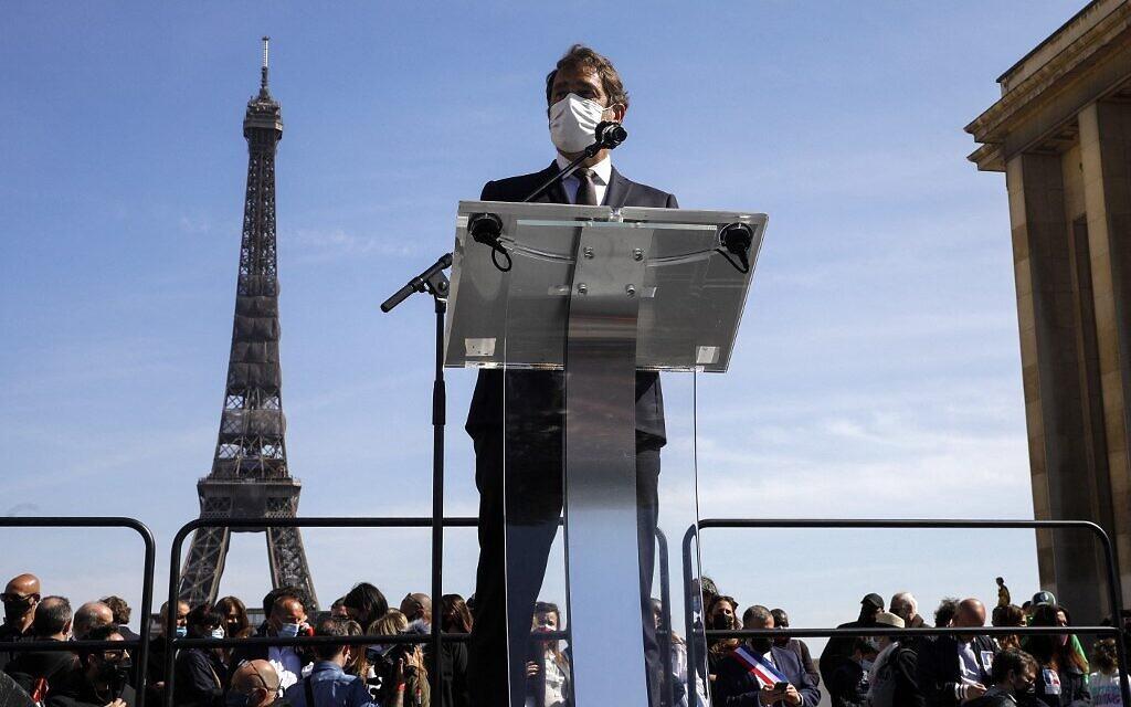 Le président du groupe parlementaire «La République en marche», Christophe Castaner, lors de son discours au rassemblement pour demander justice pour Sarah Halimi, sur la place du Trocadéro, devant la tour Eiffel, à Paris, le 25 avril 2021. (Crédit : GEOFFROY VAN DER HASSELT / AFP)