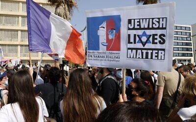 Des Franco-Israéliens se rassemblent le 25 avril 2021, devant l'ambassade de France à Tel Aviv, pour Sarah Halimi, une juive orthodoxe de 65 ans, sauvagement assassinée en 2017 par son voisin Kobili Traoré, 27 ans, aux cris de « Allahu Akbar» (« Dieu est grand » en arabe). (Crédit : JACK GUEZ / AFP)
