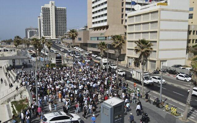 Des Franco-Israéliens se rassemblent le 25 avril 2021, devant l'ambassade de France à Tel Aviv, pour Sarah Halimi, une juive orthodoxe de 65 ans, sauvagement assassinée en 2017 par son voisin Kobili Traoré, 27 ans, aux cris de « Allahu Akbar» (« Dieu est grand » en arabe)(Crédit : JACK GUEZ / AFP)