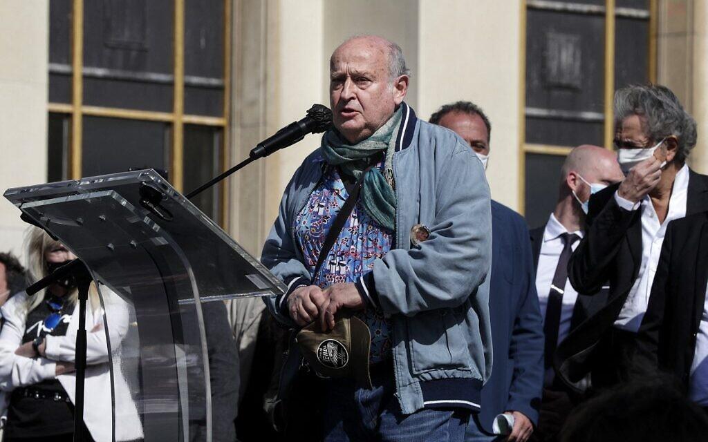 L'auteur-compositeur et chanteur français Michel Jonasz lors de son discours au rassemblement pour demander justice pour Sarah Halimi, sur la place du Trocadéro, devant la tour Eiffel, à Paris, le 25 avril 2021. (Crédit : GEOFFROY VAN DER HASSELT / AFP)