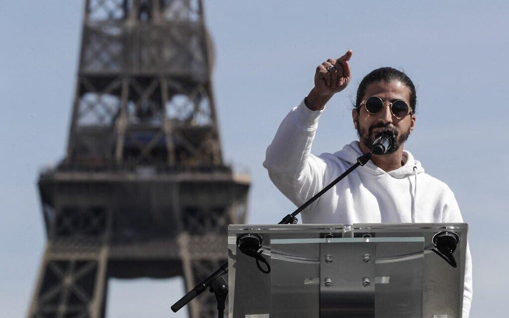 Le Youtubeur français Ramous lors de son discours au rassemblement pour demander justice pour Sarah Halimi, sur la place du Trocadéro, devant la tour Eiffel, à Paris, le 25 avril 2021. (Crédit : GEOFFROY VAN DER HASSELT / AFP)
