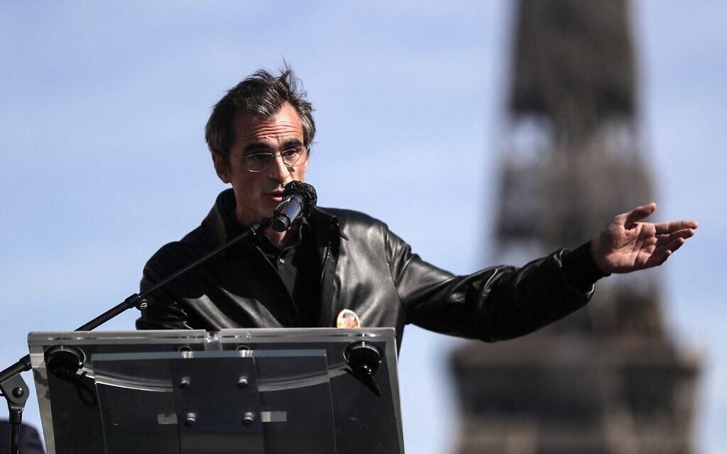 Raphael Enthoven, professeur de philosophie, animateur de radio et de télévision, lors de son discours au rassemblement pour demander justice pour Sarah Halimi, sur la place du Trocadéro, devant la tour Eiffel, à Paris, le 25 avril 2021. (Crédit : GEOFFROY VAN DER HASSELT / AFP)