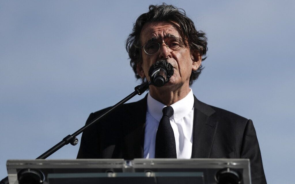 Le philosophe français Luc Ferry lors de son discours au rassemblement pour demander justice pour Sarah Halimi, sur la place du Trocadéro, devant la tour Eiffel, à Paris, le 25 avril 2021. (Crédit : GEOFFROY VAN DER HASSELT / AFP)