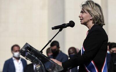 La présidente de la région Ile-de-France, Valérie Pecresse, lors de son discours au rassemblement pour demander justice pour Sarah Halimi, sur la place du Trocadéro, devant la tour Eiffel, à Paris, le 25 avril 2021. (Crédit : GEOFFROY VAN DER HASSELT / AFP)