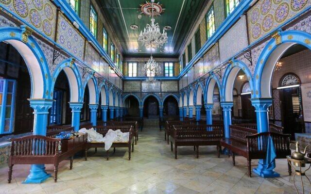 Une photo prise le 26 avril 2021 montre une vue intérieure de la synagogue de la Ghriba, le plus ancien monument juif construit en Afrique, au premier jour du pèlerinage annuel, dans l'île balnéaire tunisienne méditerranéenne de Djerba. - (Crédit : FATHI NASRI / AFP)