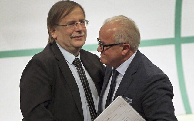 Rainer Koch (à gauche), vice-président de la Fédération allemande de football (DFB), félicite Fritz Keller, alors nouveau président de la Fédération, après avoir été élu lors du Congrès annuel de la DFB à Francfort-sur-le-Main, dans l'ouest de l'Allemagne, le 27 septembre 2019. (Crédit : Daniel ROLAND / AFP)