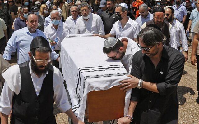 Des parents et des amis transportent le cercueil du célèbre créateur de mode franco-israélien Alber Elbaz pendant ses funérailles dans la ville israélienne de Holon, près de Tel Aviv, le 28 avril 2021. (Crédit : JACK GUEZ / AFP)