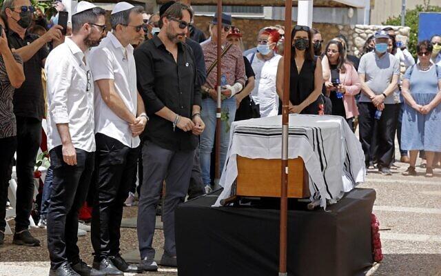 Des parents et des amis entourent du cercueil du célèbre créateur de mode franco-israélien Alber Elbaz pendant ses funérailles dans la ville israélienne de Holon, près de Tel Aviv, le 28 avril 2021. (Crédit : JACK GUEZ / AFP)