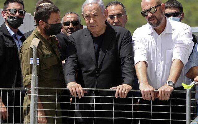 Le Premier ministre israélien Benjamin Netanyahu sur le site d'une bousculade pendant la nuit lors d'un rassemblement religieux ultra-orthodoxe dans la ville de Meron, dans le nord d'Israël, le 30 avril 2021. (Crédit : Ronen ZVULUN / POOL / AFP)