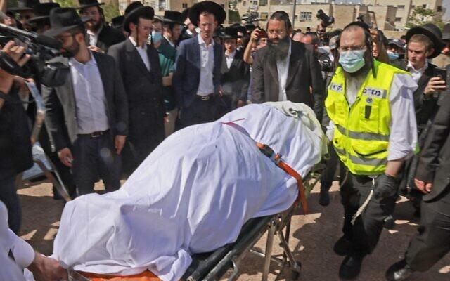 Des ultra-orthodoxes participent à une cérémonie funéraire à Jérusalem pour la victime d'un mouvement de foule meurtrier la nuit précédente lors du rassemblement de Lag B'Omer dans le nord d'Israël, le 30 avril 2021. (Crédit : Menahem KAHANA / AFP)