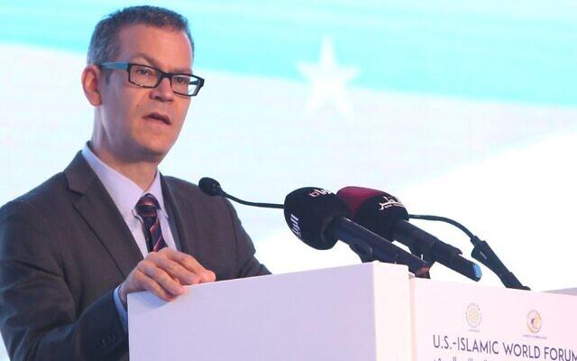Colin Kahl, prononce un discours lors d'une table ronde dans le cadre du US-Islamic World Forum dans la capitale qatarie Doha, le 1er juin 2015. (AFP via Getty Images)