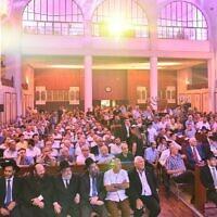 Des centaines de personnes lors d'une cérémonie de consécration de rouleaux de Torah à la grande synagogue de Tel Aviv, au mois d'août 2015. (Crédit : Israel Bardugo)