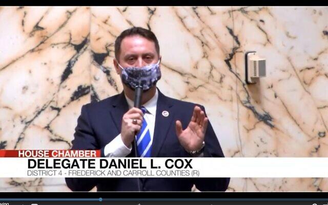 Le député du Maryland Daniel Cox. Daniel Cox, portant un masque sur le thème des procès de Nuremberg, explique pourquoi il vote contre une loi qui permettrait aux enfants de consentir à des soins de santé mentale, lors d'un vote à Annapolis, le 8 avril 2021. (Capture d'écran vidéo de l'Assemblée générale du Maryland)