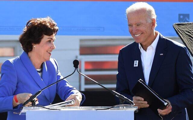 Jacky Rosen, alors candidate au Sénat, présente l'ancien vice-président Joe Biden alors qu'il fait campagne pour les candidats démocrates du Nevada lors d'un rassemblement à Las Vegas, le 20 octobre 2018. (Crédit : Ethan Miller/Getty Images)