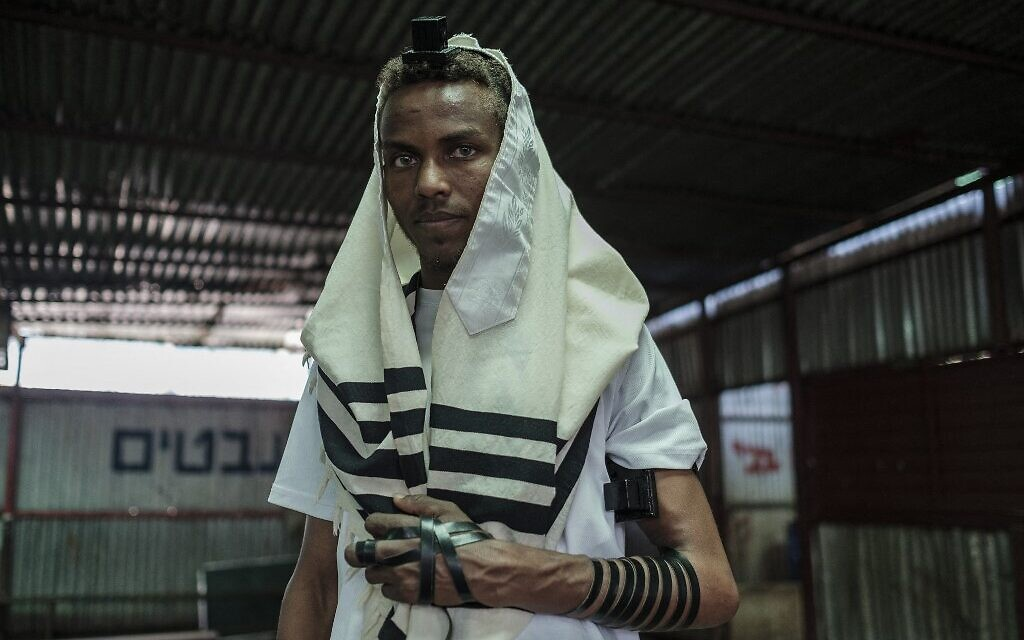 Ayele Andebet, une jeune de 23 ans qui a passé six mois à étudier en Israël et espère y retourner définitivement un jour, pose dans le bâtiment de la communauté juive éthiopienne dans la ville de Gondar, en Éthiopie, le 26 octobre 2020. (Crédit : EDUARDO SOTERAS / AFP)