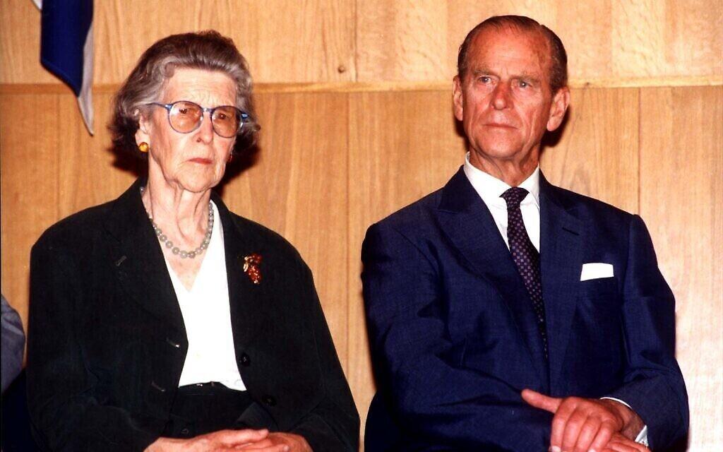 La cérémonie de Yad Vashem en l'honneur de la princesse Alice, avec le prince Philippe et la princesse George de Hanovre dans la salle des souvenirs, le 30 octobre 1994. (Crédit : Yad Vashem)