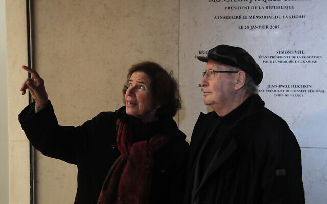Les chasseurs de nazis Serge et son épouse Beate Klarsfeld assistent à une cérémonie d'inauguration du Mur des noms rénové, au mémorial de la Shoah, à Paris, le 27 janvier 2020. (Crédit : Michel Euler / AP)