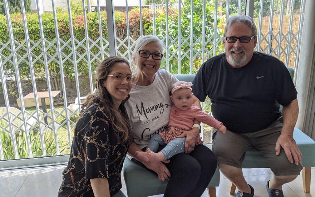 Shayna Smilovitz, son bébé Roni et ses parents rencontrant leur petite-fille pour la première fois en avril 2021, après s'être débattus avec les règles d'entrée compliquées d'Israël pendant la pandémie de coronavirus (Crédit : Shayna Smilovitz).