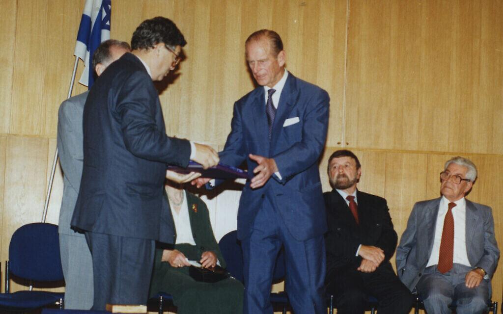 """Le directeur de Yad Vashem Avner Shalev présente au Prince Philip le certificat de """"Juste parmi les nations"""" et la médaille au nom de la princesse Alice au cours d'une cérémonie à Jérusalem, le 30 octobre 1994. (Crédit : Yad Vahsme)"""