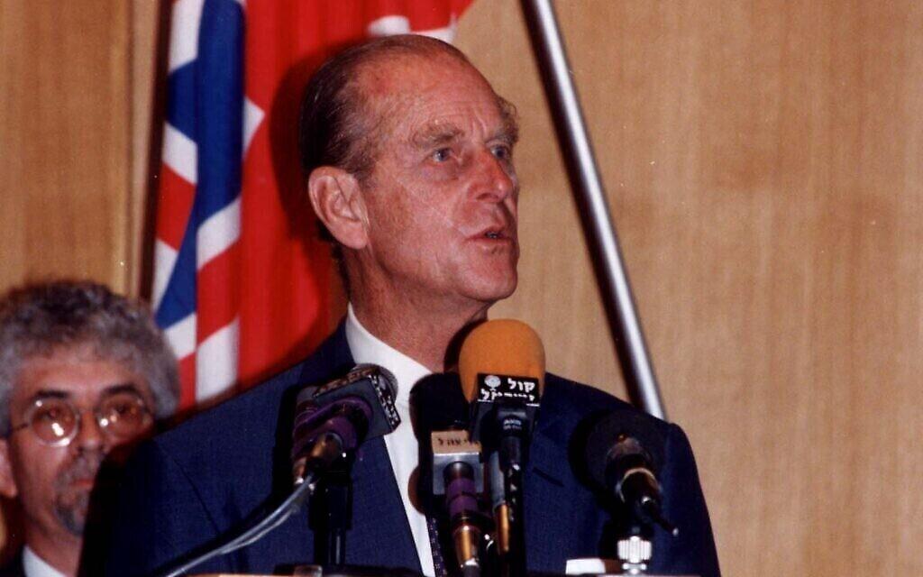 Le Prince Philip, lors d'un discours prononcé à l'occasion d'une cérémonie en hommage à sa mère, la princesse Alice, au mémorial de Yad Vashem de Jérusalem, le 20 octobre 1994. (Crédit : Yad Vashem)