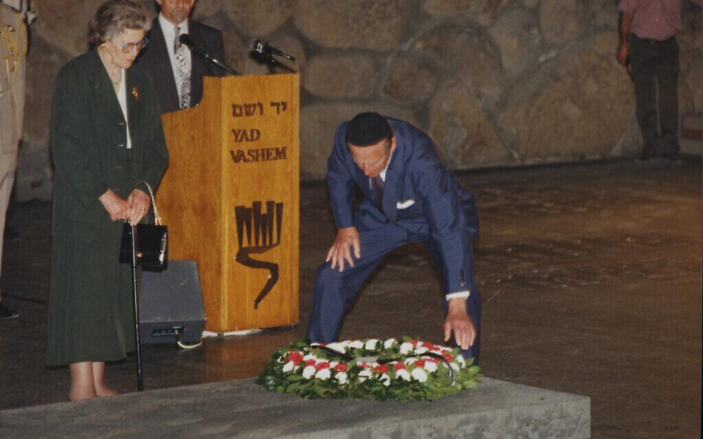 La princesse Sophie et le prince Philip dans la salle des souvenirs, à Yad Vashem, déposent une gerbe en l'honneur des victimes de la Shoah, le 30 octobre 1994. (Crédit : Yad Vashem)