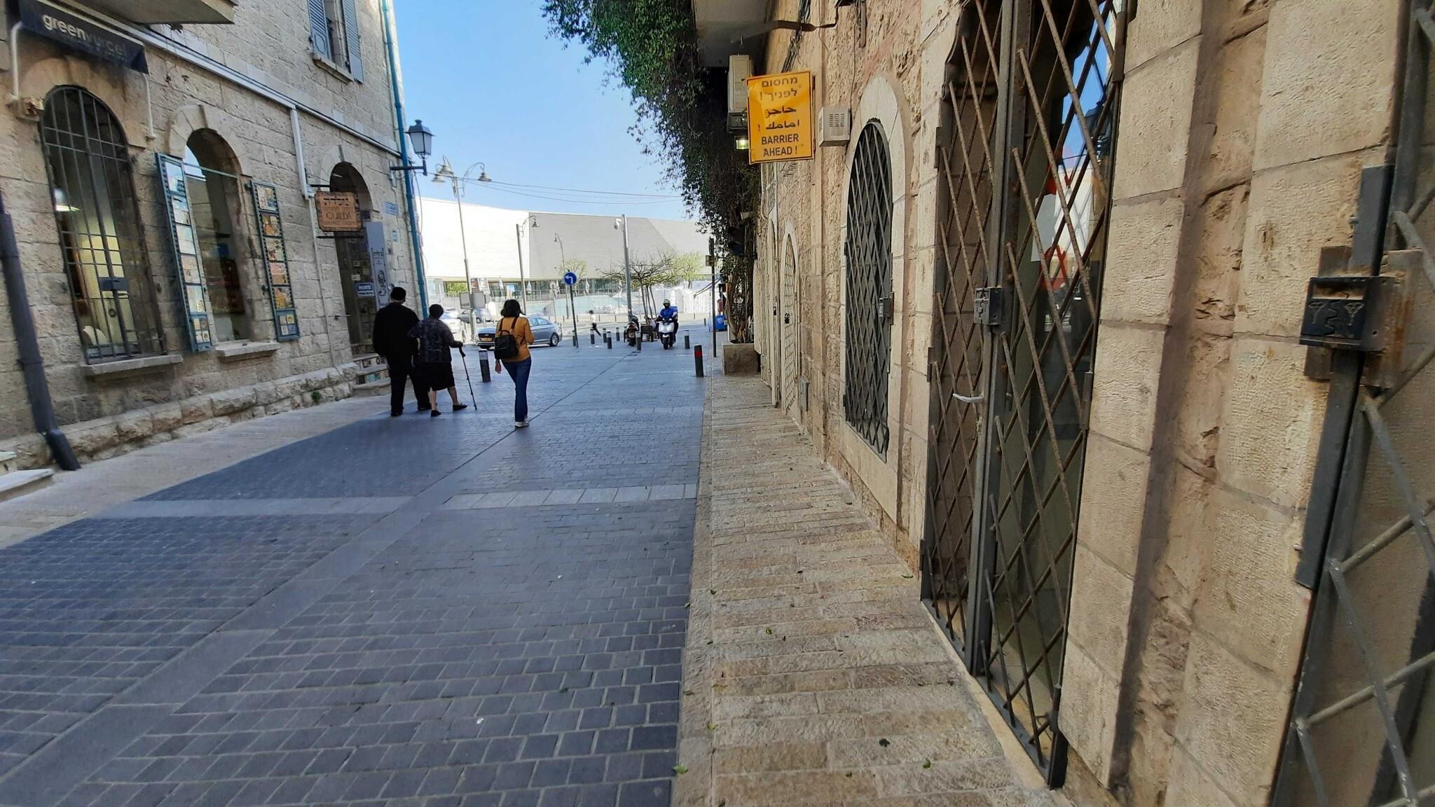 Une vue du Musée de la Tolérance de Jérusalem, vue depuis le quartier de Nahalat Shiva, le 5 avril 2021. (Joshua Davidovich/Times of Israel)