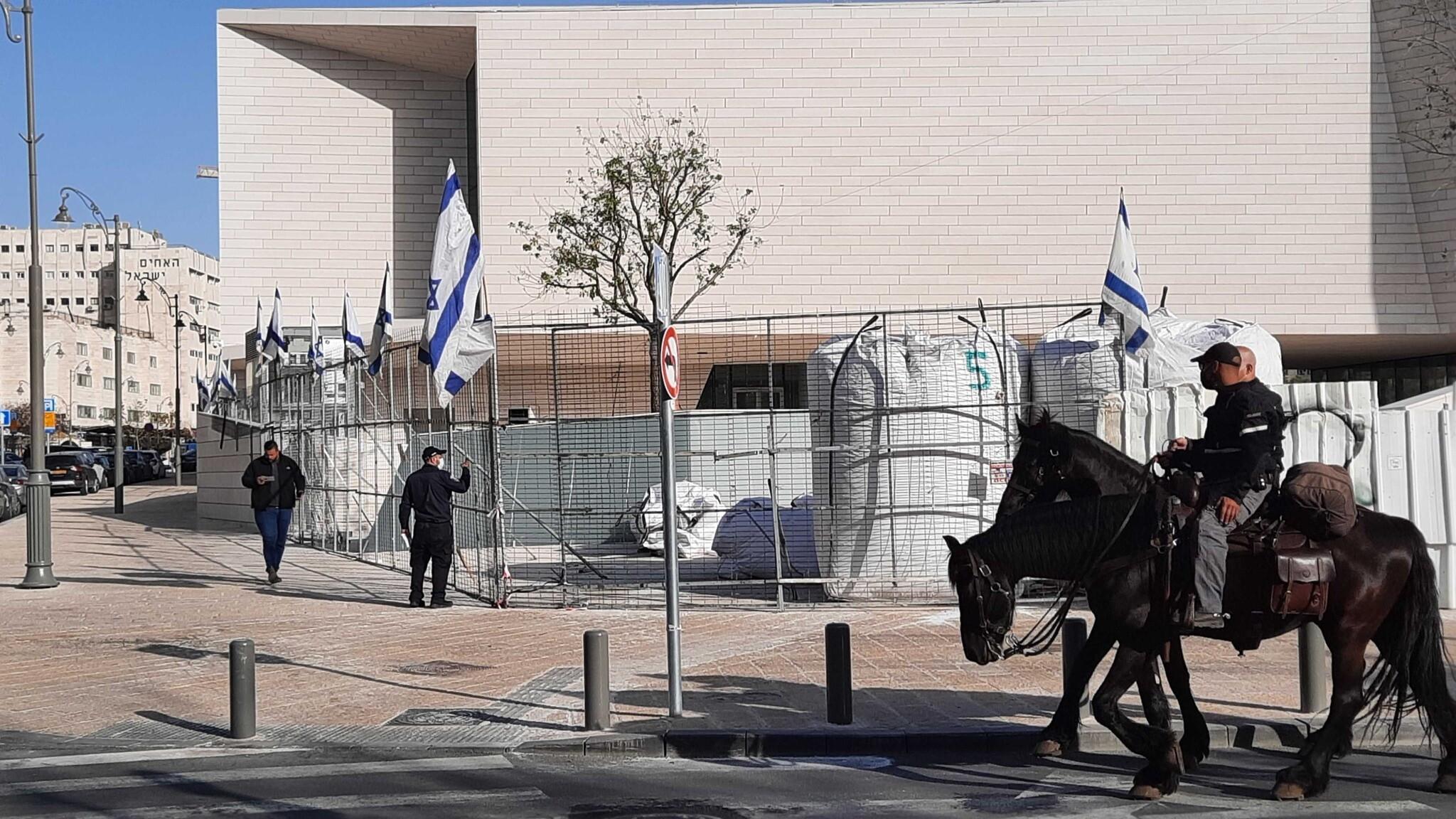 Des policiers à cheval passent devant le Musée de la Tolérance à Jérusalem, le 5 avril 2021. (Joshua Davidovich/Times of Israel)