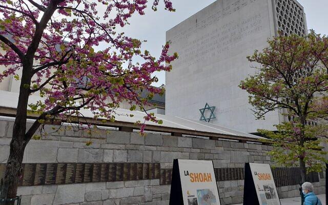 Le mémorial de la Shoah, à Paris, le 21 avril 2021. (Crédit : Glenn Cloarec / The Times of Israël)