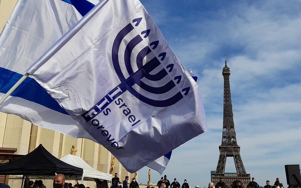 Des drapeaux au rassemblement pour demander justice pour Sarah Halimi, sur la place du Trocadéro, devant la tour Eiffel, à Paris, le 25 avril 2021. (Crédit : Glenn Cloarec / The Times of Israël)