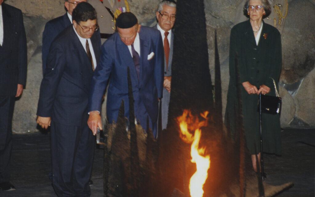Le Prince Philip ravive la flamme éternelle dans la salle des souvenirs de Yad Vashem, le 30 octobre 1994. (Crédit : Yad Vashem)