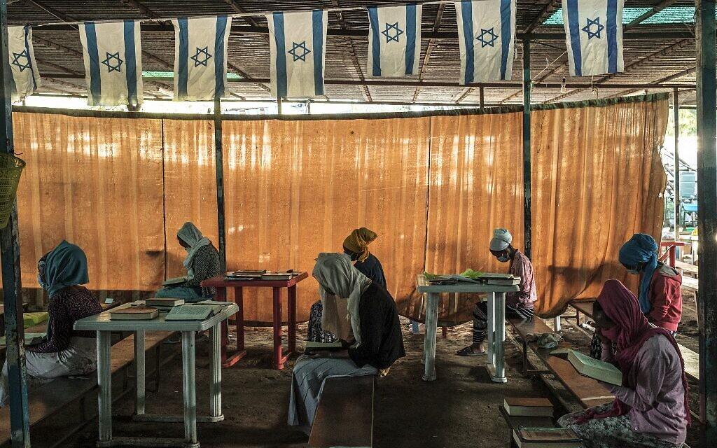 Des membres de la communauté juive éthiopienne assistent à un office religieux à la synagogue de la communauté de la ville de Gondar, en Éthiopie, le 26 octobre 2020. (Crédit : EDUARDO SOTERAS / AFP)