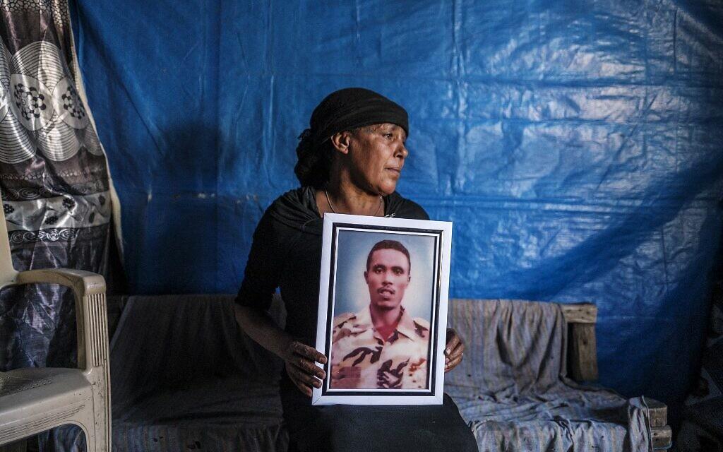 Azanu Girma tient un portrait de son fils décédé chez elle à Gondar, en Éthiopie, le 19 janvier 2021. (Crédit : EDUARDO SOTERAS / AFP)