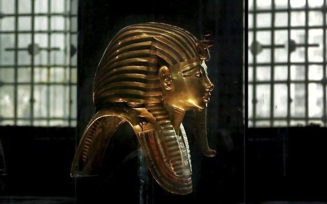 Illustration : Le masque en or massif du roi Toutankhamon dans sa vitrine, au Musée égyptien près de la place Tahrir au Caire, en Égypte, le 30 octobre 2013. (Photo AP / Nariman El-Mofty)