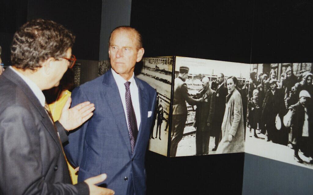Le duc d'Edinburgh, la princesse Sophie et le président de Yad Vashem  Avner Shalev visitent le musée historique, le 30 octobre 1994. (Crédit :  Yad Vashem)