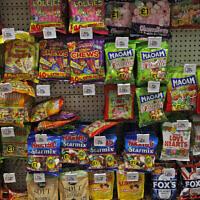 Un rayon de bonbons dans un supermarché de Londres, le 18 août 2016. (Crédit : AP Photo/Frank Augstein)