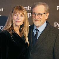 """Kate Capshaw, à gauche, et son époux, le réalisateur Steven Spielberg, lors de la première en France de """"Pentagon Papers"""" à Paris, le 13 janvier 2018. (Crédit : AP Photo/Michel Euler)"""