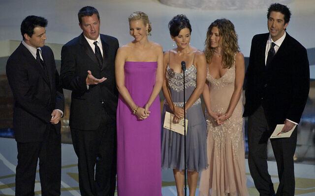 """Toute l'équipe de la sitcom """"Friends"""" avec de gauche à droite Matt LeBlanc, Matthew Perry, Lisa Kudrow, Courteney Cox Arquette, Jennifer Aniston et David Schwimmer pendant les Emmy Awards, au Shrine Auditorium de Los Angeles, le 22 septembre 2002. (Crédit : Kevork Djansezian/AP)"""