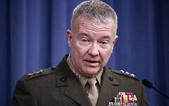 Kenneth McKenzie, alors lieutenant-général, prend la parole lors d'une conférence de presse au Pentagone à Washington, le 14 avril 2018. (Crédit : Alex Brandon / AP)