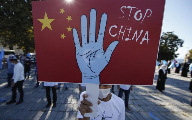 Un manifestant de la communauté ouïgoure vivant en Turquie brandit une pancarte anti-Chine lors d'une manifestation à Istanbul, le 1er octobre 2020. (Emrah Gurel/AP)