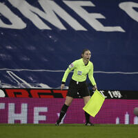 Sian Massey-Ellis, arbitre assistant, pendant le match de football de la Premier League anglaise entre West Bromwich Albion et Manchester City au stade Hawthorns à West Bromwich, en Angleterre, le 26 janvier 2021. (Nick Potts/Pool via AP)