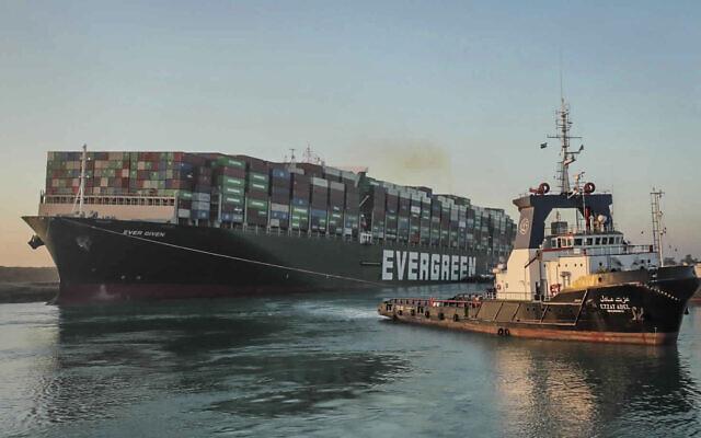L' Ever Given, un cargo battant pavillon panaméen, tiré par un remorqueur sur le canal de Suez en Egypte, le 29 mars 2021. (Crédit : Autorité du canal de Suez via AP)