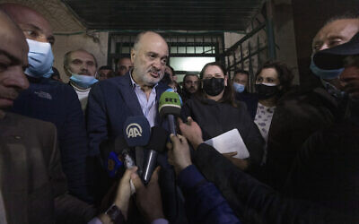 L'ancien responsable du Fatah Nasser al-Kidwa, au centre gauche, et l'épouse de  Marwan Barghouti, au centre à droite, quittent les bureaux de la Commission centrale électorale palestinienne après l'enregistrement de leur liste conjointe pour le prochain scrutin parlementaire de Ramallah, le 31 mars 2021. (Crédit : AP/Nasser Nasser)