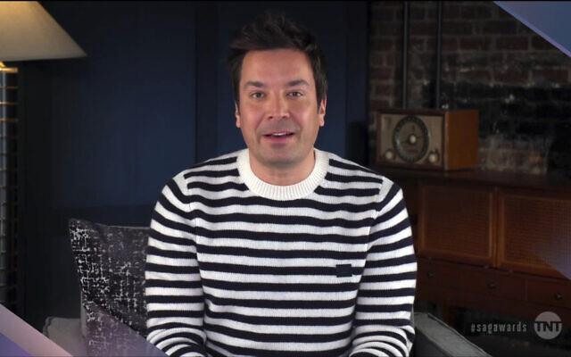 Dans cette capture vidéo fournie par les SAG Awards, Jimmy Fallon présente le prix pour la performance exceptionnelle d'un ensemble dans une série comique lors des 27e Screen Actors Guild Awards annuels, le 4 avril 2021. (SAG Awards via AP)